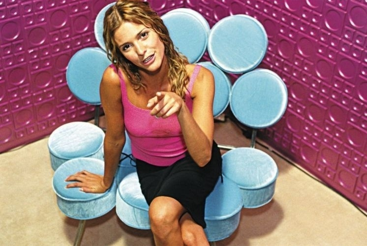 Em 1999, a apresentadora e modelo Fernanda Lima comanda o programa Interligado, da Rede TV!