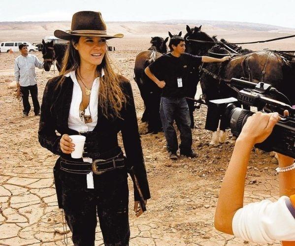 """Em 2005, Fernanda Lima faz sua primeira novela. Ela estreia com a personagem Daiane na novela """"Bang Bang"""", da Rede Globo. Na foto, a atriz grava cenas da novela"""