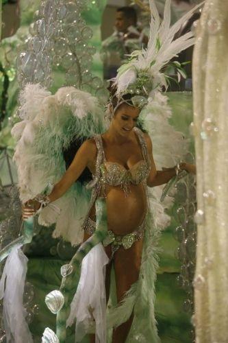 Em 2008, grávida de gêmeos de Rodrigo Hilbert, Fernanda Lima desfila pela escola de samba Grande Rio (5/2/08)