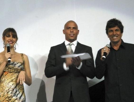 Fernanda Lima apresenta o 3º Prêmio TIM de Música, no Teatro Municipal, na Cinelândia, Rio de Janeiro (2/6/05)