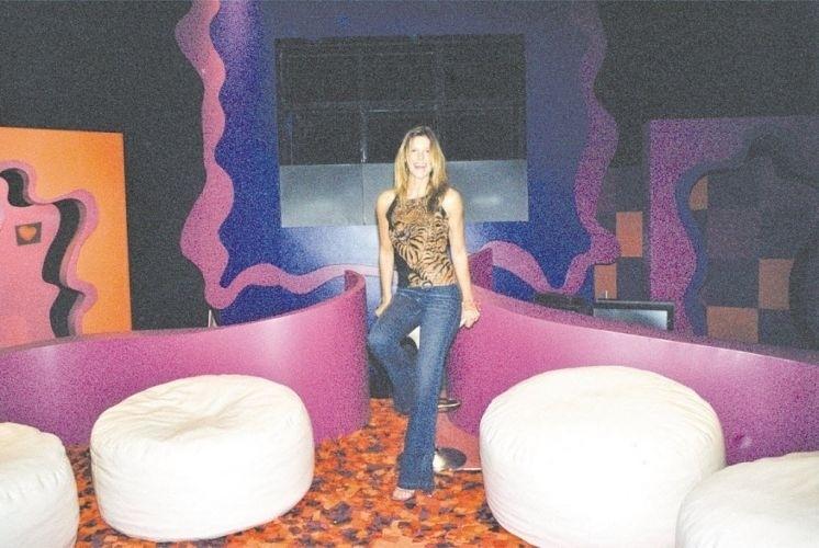 """Fernanda Lima, apresentadora do """"Fica Comigo"""", mostra o cenário do novo programa da MTV (setembro de 2000)"""