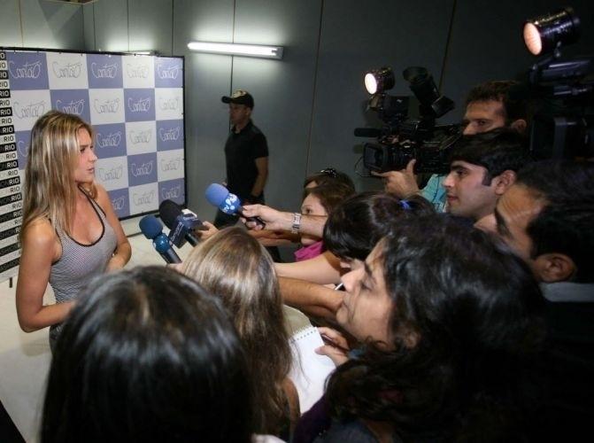 Fernanda Lima dá entrevista nos bastidores do desfile da Cantão, no Fashion Rio (29/5/10)