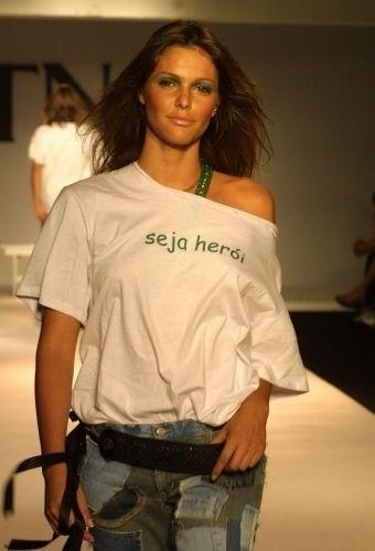 Fernanda Lima desfila para TNG, no Shopping Crystal, em Curitiba (PR) (17/10/02)