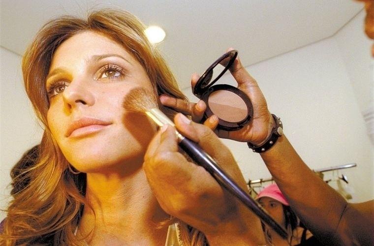 Fernanda Lima é maquiada antes do início do VMB em 2002