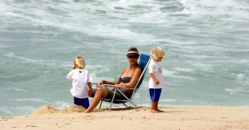 Fernanda Lima leva os filhos à praia no Rio (22/10/10)