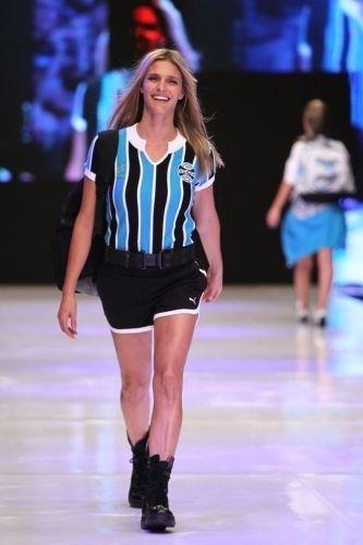Fernanda Lima participa de desfile de lançamento de roupas do Grêmio (9/4/10)