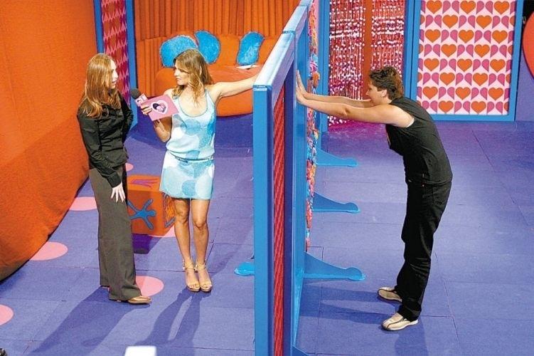 """Gravação do programa """"Fica Comigo Gay - Meninas"""", com a candidata Angela Prado, apresentado pela VJ Fernanda Lima (centro) (24/9/02)"""