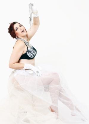 Monica Casareggio posa para editorial de moda inspirado na cantora Madonna (junho/2012).