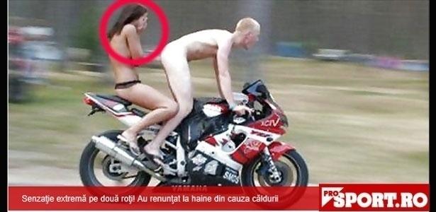 """O site romeno """"Prosport.ro"""" publicou um flagra bem inusitado! A foto mostra um rapaz pelado fazendo acrobacia em uma moto e levando ainda uma moça só de lingerie na garupa.De acordo com o site, a imagem foi feita na Romênia e tornou-se um viral no país. Será que pega aqui também?"""