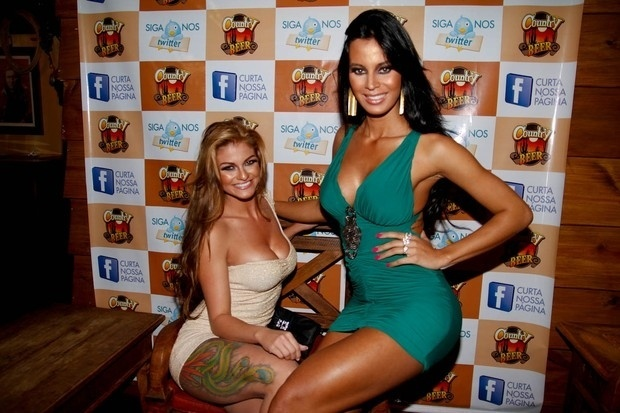Sabrina Torres (Gata do Santos) e Lorena Bueri (Gata do Paulistão) participam da festa de lançamento do ensaio nu da dupla em uma boate de São Paulo