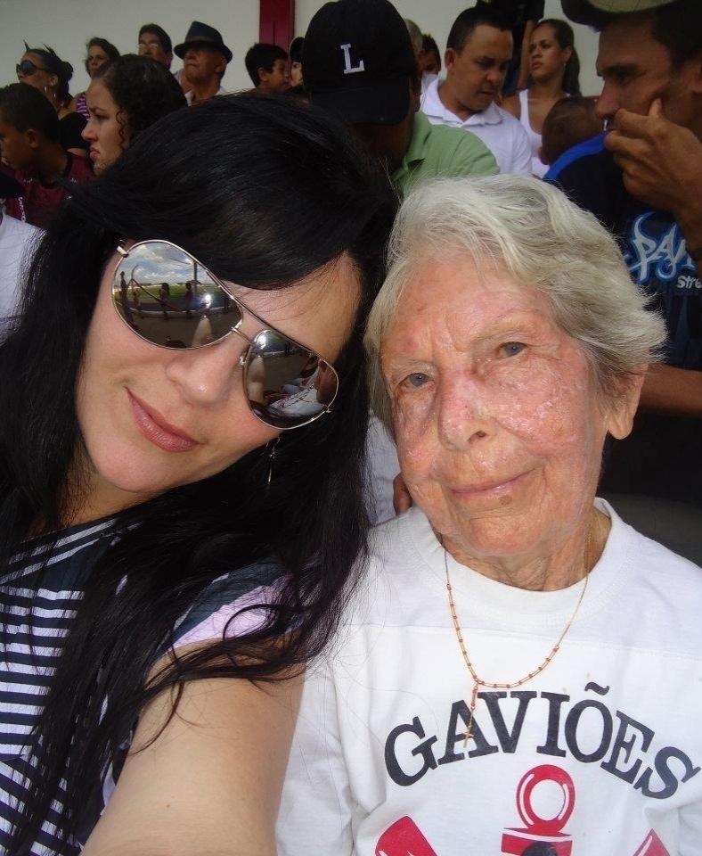 """A internauta Karina de Oliveira Cordeiro descreve a vovó Olga Santoro Cordeiro de 92 anos como """" torcedora tão fanática pelo Corinthians"""". A neta, que é são-paulina, levou a apaixonada pelo timão para assistir à uma partida dos veteranos corinthianos contra o time da cidade de Luiz Antônio (SP). """"Fica aqui o registro deste momento tão especial para essa neta tão apaixonada por essa avózinha porreta!"""""""