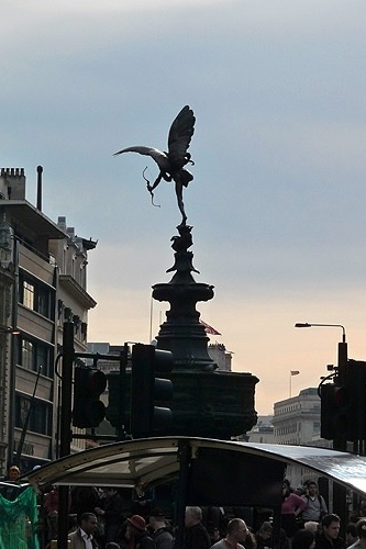 Est&#225;tua de Cupido em Piccadily Circus, &#225;rea de conflu&#234;ncia de ruas de com&#233;rcio e divers&#227;o noturna em Londres.