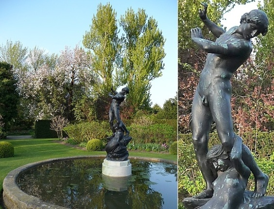 &#34;Hilas e a ninfa&#34;, escultura do espelho d&#39;&#225;gua central de Saint John&#39;s Lodge, em Londres. Conta a lenda que o her&#243;i foi atra&#237;do pelas ninfas n&#225;iades para dentro d&#39;&#225;gua e morreu afogado.