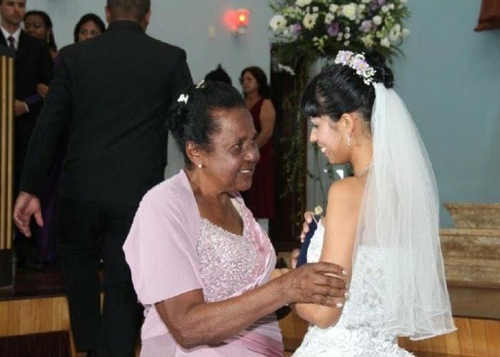 Na imagem estão a neta Aline Patrícia dos Santos Balan com a vovó Dezidéria Alves dos Santos. Elas vivem em São Joaquim da Barra (SP)