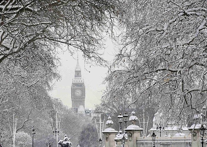 O Big Ben e o Parlamento cobertos de neve, em um raro momento de nevasca do inverno londrino, ocorrido em 2009.