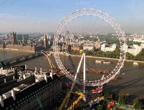 O &#34;Olho de Londres&#34;, roda-gigante de 135 metros de altura constru&#237;da para as comemora&#231;&#245;es da chegada do ano 2000, colocada &#224;s margens do rio T&#226;misa e pr&#243;xima ao Big Ben.