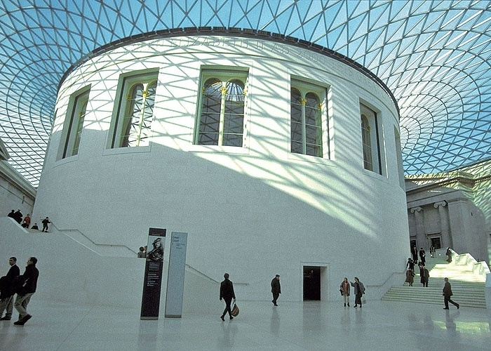 P&#225;tio central do British Museum reformado pelo arquiteto ingl&#234;s Norman Foster em 2000, com seu teto de vidro e metal.