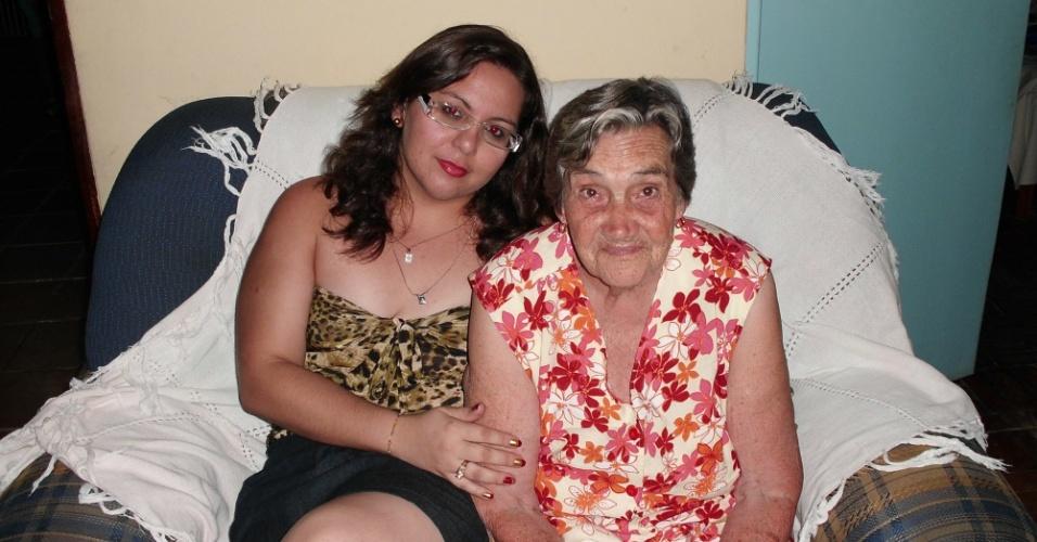 """Renata Guimarães mostra o carinho por sua vovó com uma imagem do aniversário de 80 anos da querida Maria E. de Azevedo: """"Foi uma data mais que especia pois pudemos demonstrar um pouquinho do amor que sentimos por ela"""", conta Renata"""