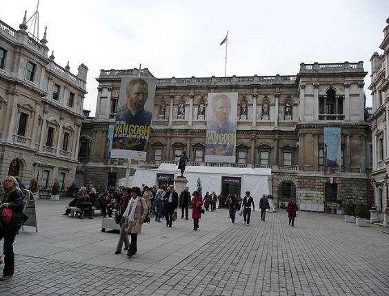 Royal Academy of Arts, em Piccadilly, institui&#231;&#227;o que promove exposi&#231;&#245;es e concertos.