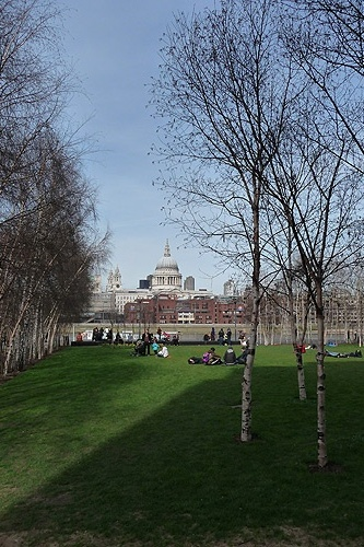Vista do jardim da galeria Tate Modern; ao fundo, v&#234;-se a c&#250;pula da Catedral de S&#227;o Paulo.