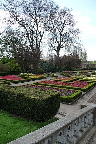 Vista geral do jardim de tulipas em Holland Park, em Londres.