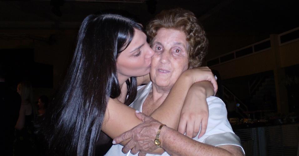 """Ana Cláudia Consani e sua avó Antônia são de Rolândia (PR). """"Amo minha avó mais que tudo nessa vida"""", disse a neta."""