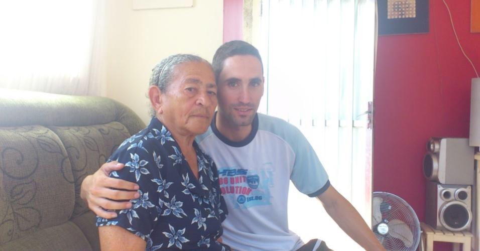 """Anderson, de Jacarepaguá (RJ), homenageia sua avó Iracema Lopes: """"minha vovó é a minha vida""""."""