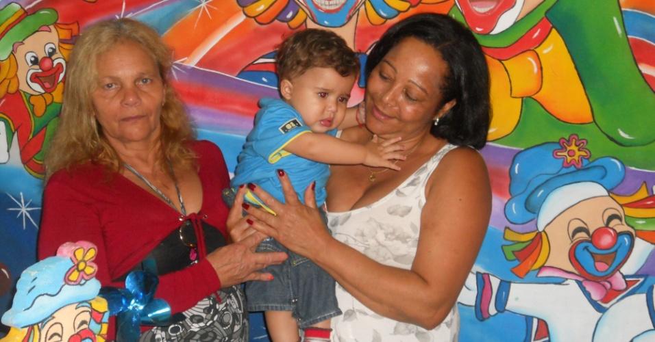 Daniel Alves curtiu o colo das duas avós super carinhosas: Maria dos Anjos (esq) e Dulci (dir)