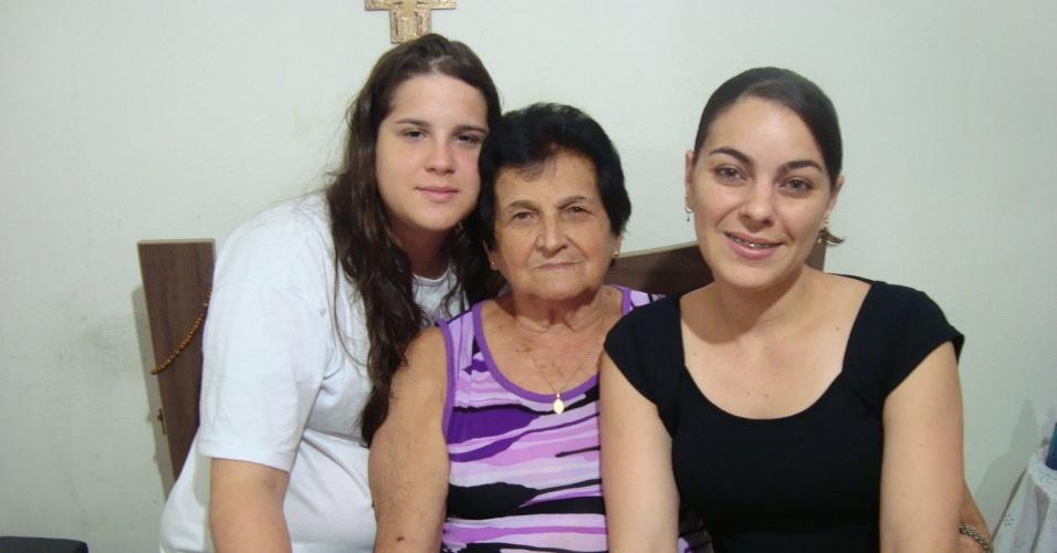 """""""Dia especial ao lado da minha avó Rita e minha prima Ana Carolina. Dia em que soube que passei no vestibular de medicina. Te amamos vovó, você é muito especial em nossas vidas"""", conta Annalyra."""