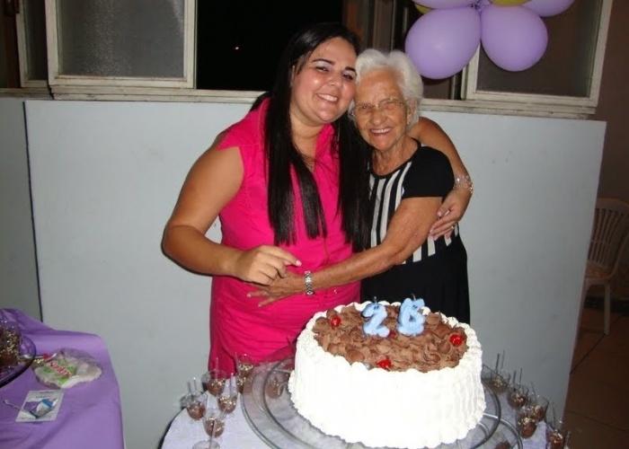 """Gleydiana, de Ipatinga (MG), registrou o mimo da avó Geralda em seu aniversário. """"Minha avó é a mais linda do mundo, amo demais!""""."""