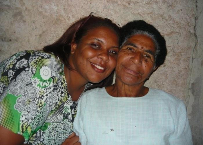 """""""Meu nome é Fabiana Regina Lucidio Victor e esta mulher ao meu lado é a pessoa que mais amo neste mundo, é minha avó Benedicta Lucidio. Nós moramos em Piracicaba (SP)""""."""