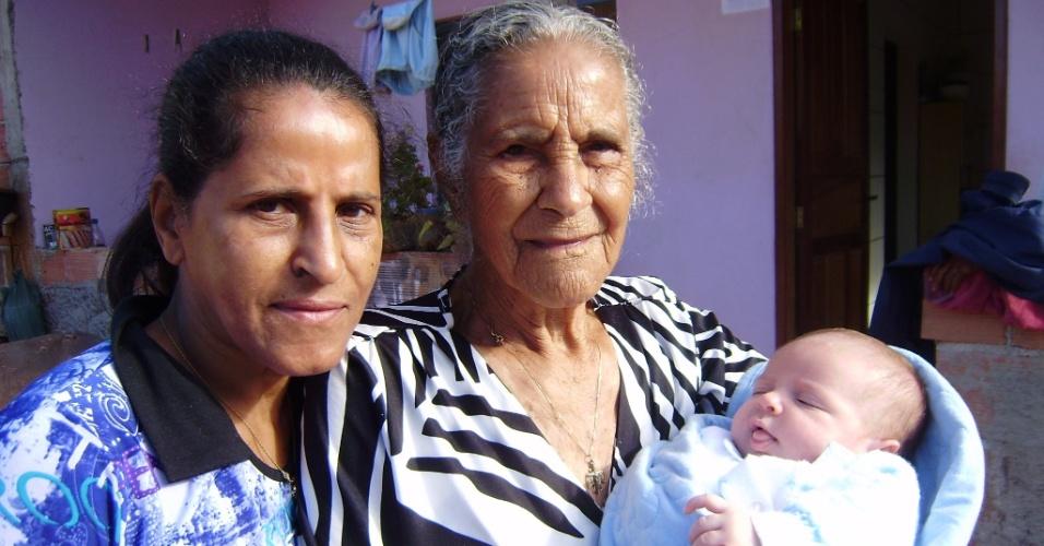 O bebê João Paulo Missias da Silva é o dengo da avó Maria de Lourdes Missias (esq) e da bisavó Francisca Sales Santos (dir).