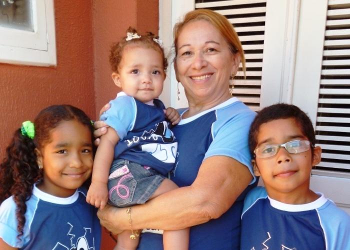 A vovó Graça Sérgio ao lado dos netos gêmeos Ana Joyce e Pedro Henryque e com a netinha Maria Eduarda no colo.