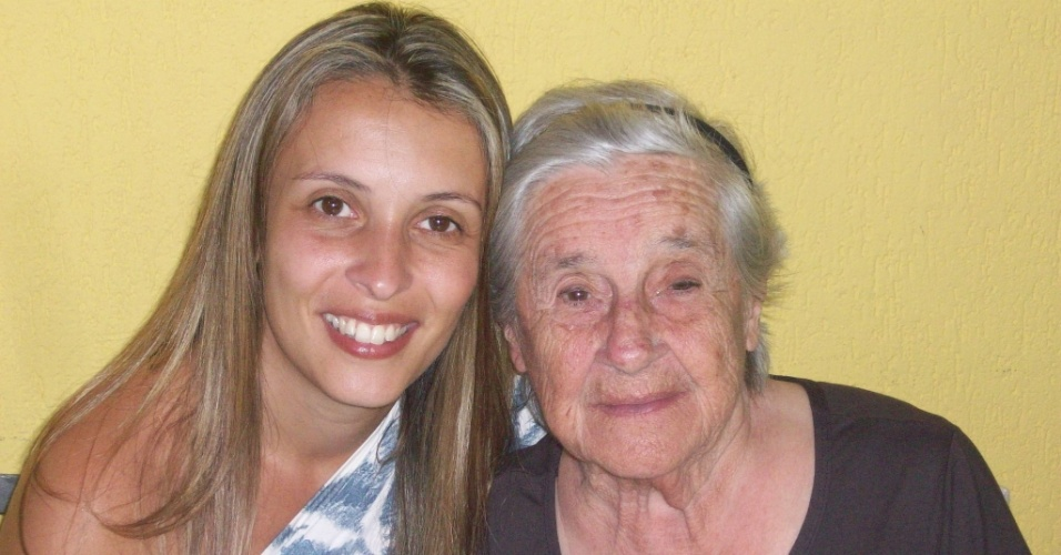 """Erika Luciana Silveira presta homenagem a avó que morreu no dia 5/6/12: """"Vó Carmem sinônimo de amor, luta, determinação, minha estrela! Para sempre vou te amar!""""."""