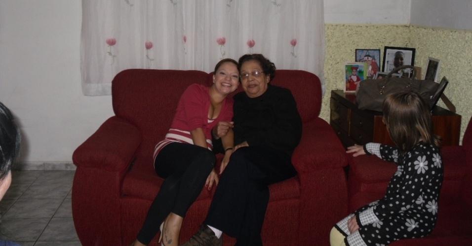 Jacqueline Gugê, de São Paulo (SP), posa ao lado da avó Zenaide Pires.