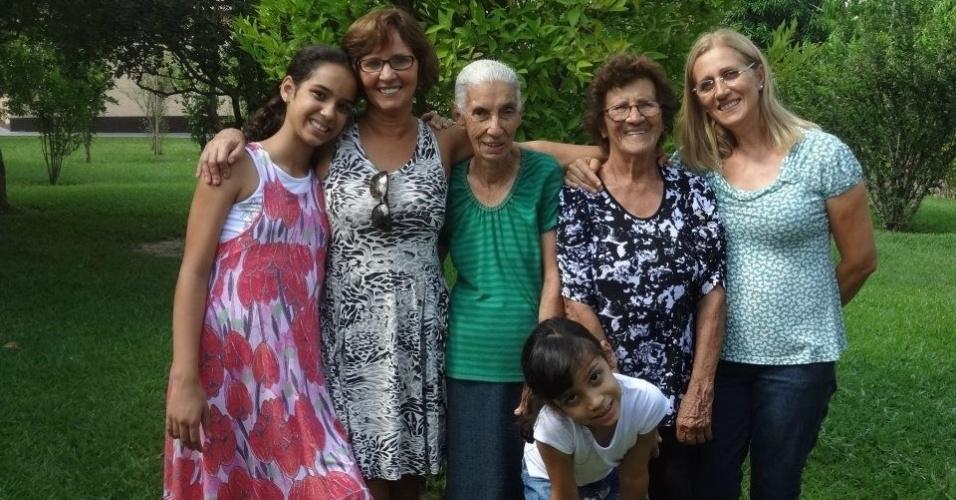 Milene Gomes (esq), de Iperó (SP), enviou uma foto recheada de vovós. Na sequência: vovó Fátima, bisa Luzia (in memorian), bisa Paulina, vovó Penha e sua irmã Heloísa.