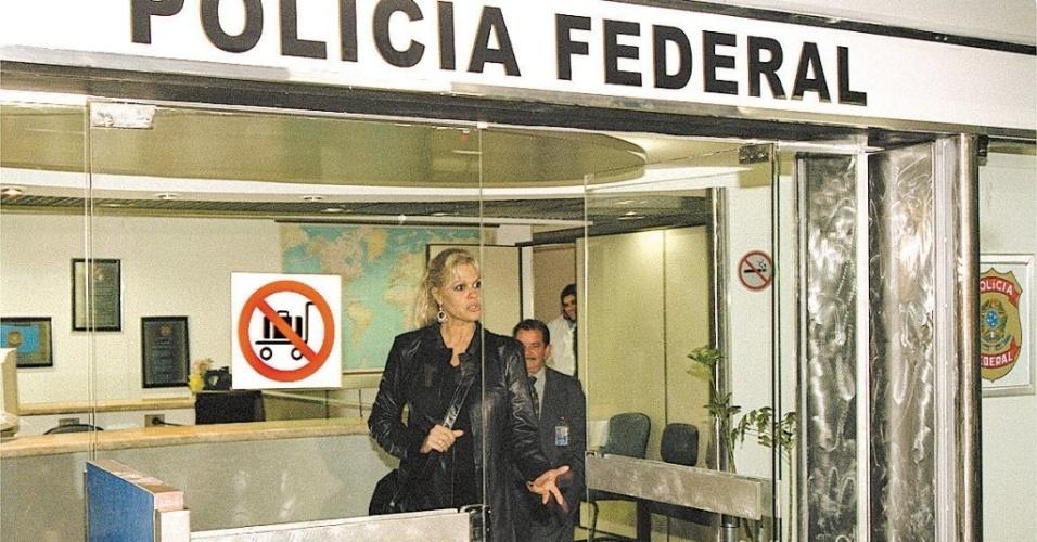 A apresentadora de TV Monique Evans deixa a Polícia Federal após prestar esclarecimentos sobre discussão com funcionária da Vasp, no aeroporto de Cumbica em Guarulhos, em São Paulo (25/9/02)