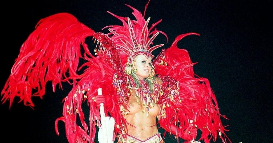 A modelo Monique Evans foi destaque da escola de samba União da Ilha no desfile de 1996