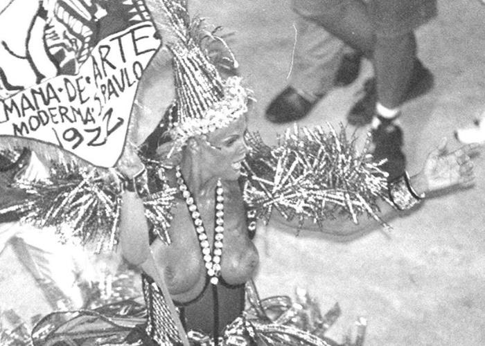 Com os seios à mostra, Monique Evans desfila como porta-bandeira da União da Ilha, no Carnaval de 1995 no Rio de Janeiro