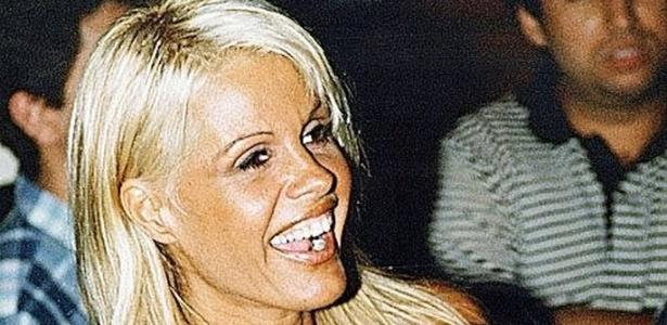 Com vestido decotado, Monique Evans é fotografada em novembro de 1996