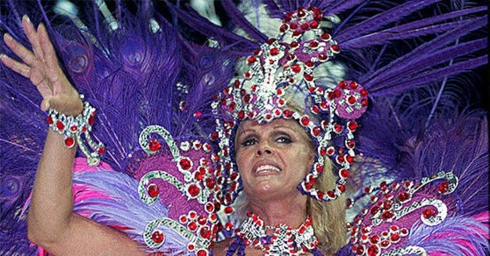 Em 1998, Monique Evans desfilou na escola de samba paulista Va-Vai (22/2/98)