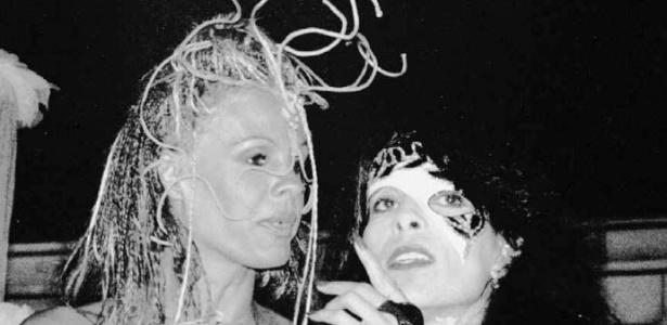 Fantasiadas, Monique Evans e Liège Monteiro são fotografadas no Carnaval de 1995