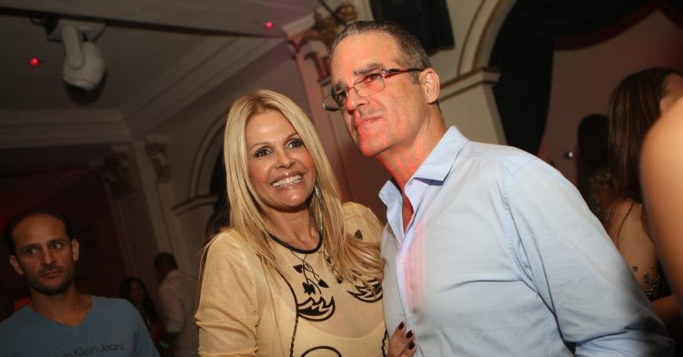Marcus Panthera e a irmã Monique Evans posam para foto durante festa em São Paulo (4/2/12)