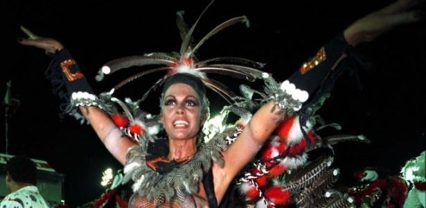 Monique Evans desfila na escola de samba carioca Estácio de Sá, no Rio de Janeiro (1993)