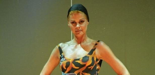 Monique Evans durante desfile para a Moda Jovem no teatro Mais, em São Paulo (23/11/93)