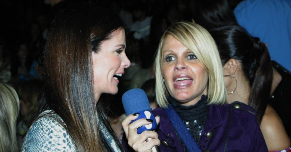 Monique Evans entrevista a socialite e atriz Angelita Feijó (à esquerda) no