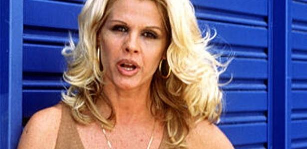 Monique Evans segura Bíblia em imagem de 1998