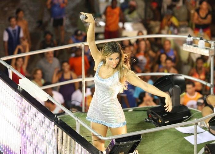 Claudia Leitte, ainda no Babado Novo, em cima de um trio elétrico durante o carnaval de Salvador (16/2/07)