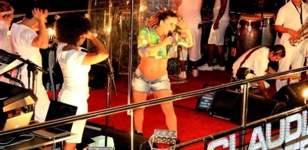 Claudia Leitte exibiu seu barrigão de quase oito meses durante micareta no Paragofest, em Paragominas (PA) (10/6/12). Claudia também é mãe de Davi, seu filho com o marido Márcio