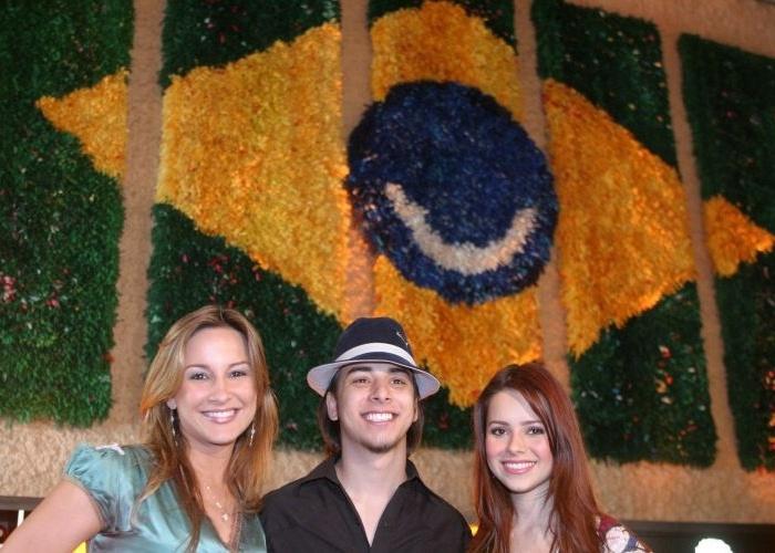 """Claudia Leitte, Júnior e Sandy na coletiva do """"Brazilian Day"""", evento que aconteceu no dia 10 de setembro de 2006, em Nova York (15/8/06)"""